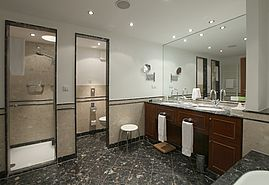 Bathroom First Class double room  | Lindner Hotel & Residence Main Plaza - Frankfurt