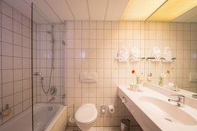 Bathroom Junior Suite  | Lindner Congress Hotel Frankfurt