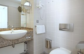 Bathroom Business Class | Lindner Hotel Airport - Duesseldorf