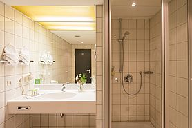 Bathroom Economy Class  | Lindner Congress Hotel Frankfurt