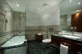 Bathroom Suite  | Lindner Hotel & Residence Main Plaza - Frankfurt