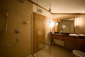 Bathroom First Class Tower Suite  | Lindner Parkhotel & Spa - Oberstaufen