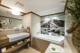 Bathroom First Class Suite  | Lindner Parkhotel & Spa - Oberstaufen