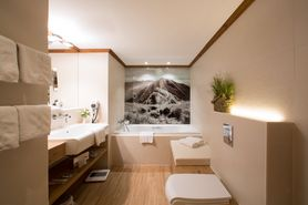 Bathroom with whirlpool | Lindner Parkhotel & Spa Oberstaufen
